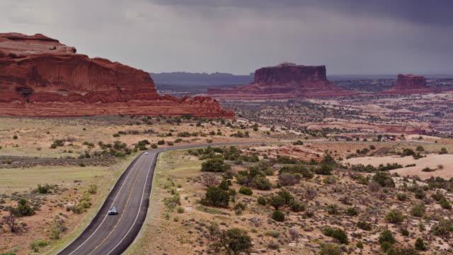 vídeos de stock, filmes e b-roll de estrada de canyonlands, utah - vista aérea - mesa formação rochosa