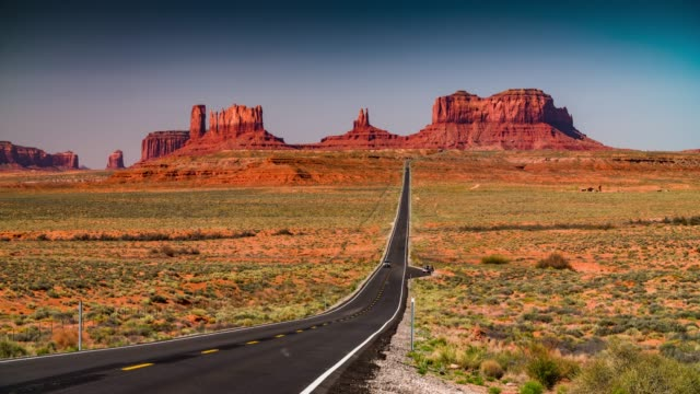 straße zum monument valley tribal park - monument valley stock-videos und b-roll-filmmaterial