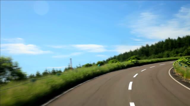 vídeos de stock, filmes e b-roll de estrada para a montanha. - plusphoto
