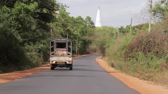 vidéos et rushes de ms road to ruvanvelisaya dagoba / anuradhapura, north central province, sri lanka - culture sri lankaise