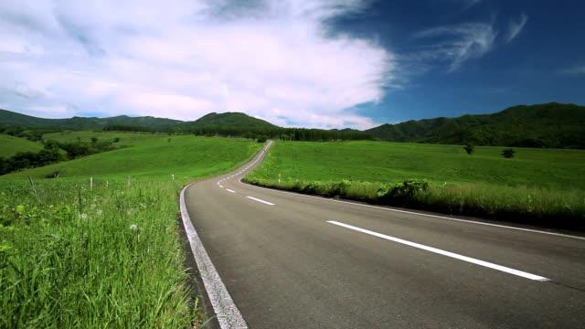 vídeos de stock e filmes b-roll de estrada para o mountain. ( motorizada passando ) - ir a passar