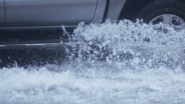 vídeos y material grabado en eventos de stock de 4k slo mo tráfico de carreteras en día lluvioso - lluvia torrencial