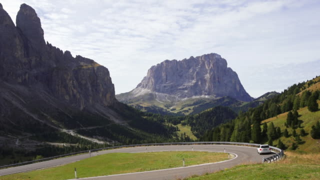 t/l pan road traffic on sellaronda in the dolomites mountains in south tyrol - langkofel stock videos & royalty-free footage