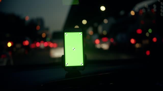 vídeos de stock, filmes e b-roll de road trip: greenscreen no carro - projeção