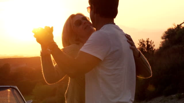 stockvideo's en b-roll-footage met road trip mature dancing - romance