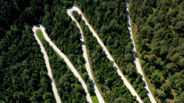 vidéos et rushes de voyage sur la route à travers une forêt - voyage en voiture