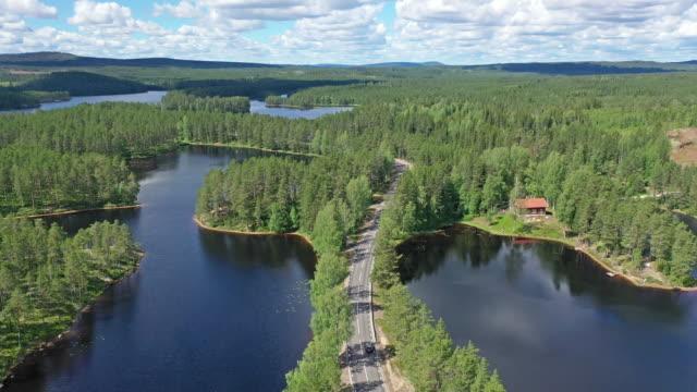roadtrip durch eine nordische landschaft - schweden stock-videos und b-roll-filmmaterial