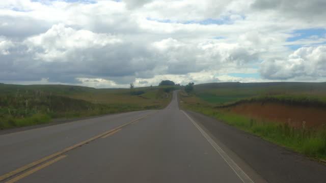 vídeos de stock, filmes e b-roll de road trip through rota do sol (route of the sun) in southern brazil - autoestrada