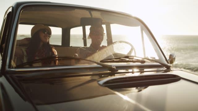 road-trips und liebe fahrten - junges paar stock-videos und b-roll-filmmaterial