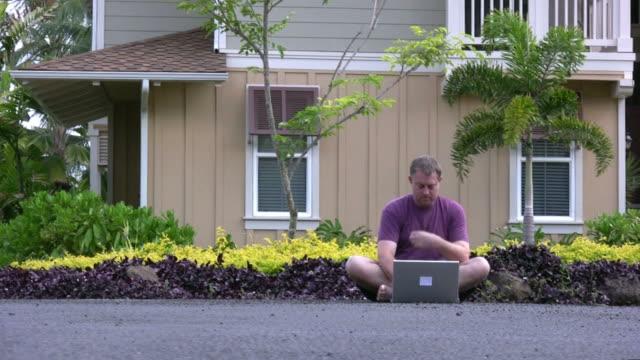 vídeos de stock e filmes b-roll de (hd1080i) guerreiro da estrada: homem utiliza laptop na rua, caminha para fora - homens adultos