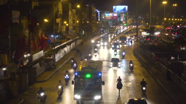 vídeos de stock, filmes e b-roll de road with traffic at hanoi vietnam at night. bus stop high angle view - newly industrialized country