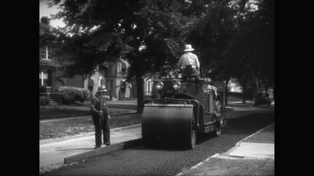 vídeos de stock e filmes b-roll de ms road workers making asphalt on road in suburban neighborhood / united states - cilindro veículo terrestre comercial