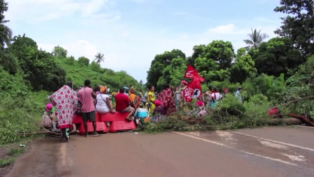 Roadblocks by Mayotte citizens protesting against a lack of security begin anew with more protests planned for the new school term starting on Monday