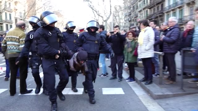 vídeos de stock, filmes e b-roll de roads in barcelona have been blocked during a mass protest called to support politicians from troubled catalonia who have been detained by police on... - vest