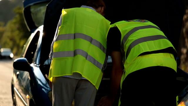 vídeos de stock e filmes b-roll de roadside assistance - danificado
