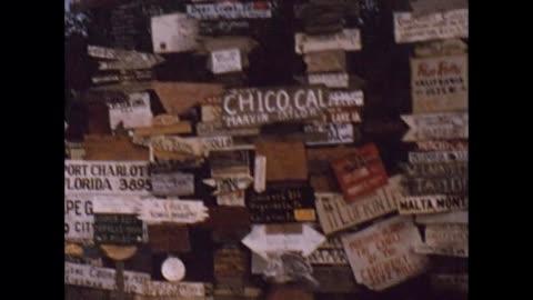 vidéos et rushes de 1957 roadside attraction signs - montrer la voie