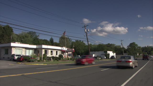 ws roadside diner with traffic on route 303 in foreground / orangeburg, new york, usa - 道ばた点の映像素材/bロール