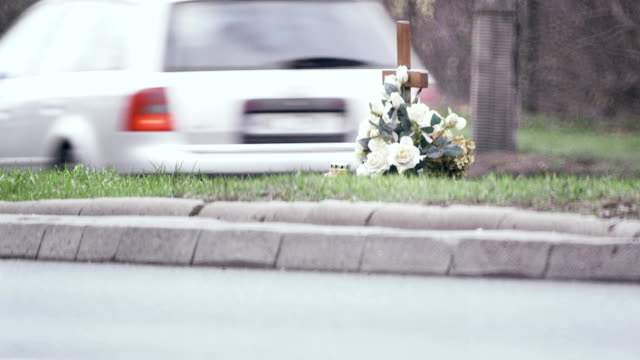 stockvideo's en b-roll-footage met roadside memorial - gedenkteken