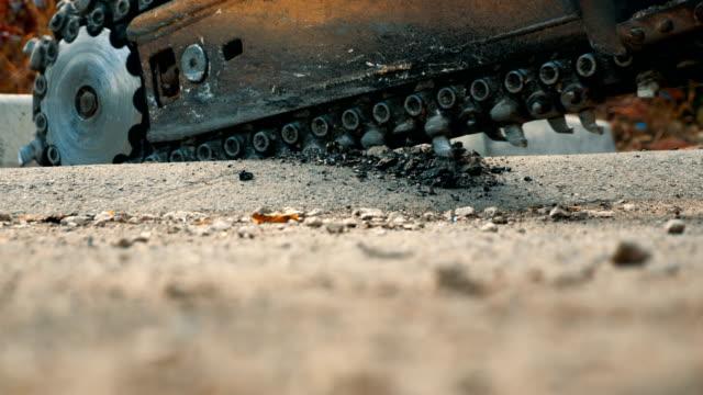 vídeos y material grabado en eventos de stock de obras de carreteras. sierpe rotatoria pulido asfalto en parte del camino - herramienta de mano