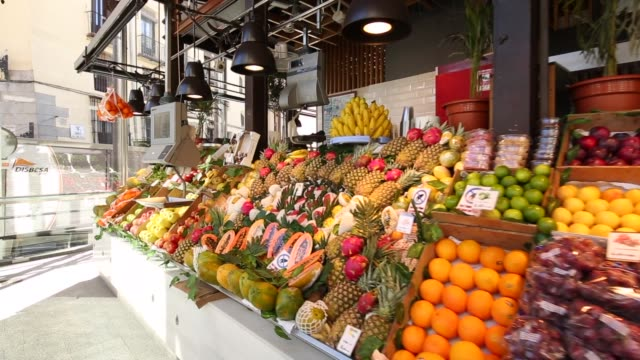vídeos de stock e filmes b-roll de roaming shot of interior of mercado san miguel, madrid, spain, europe - praça