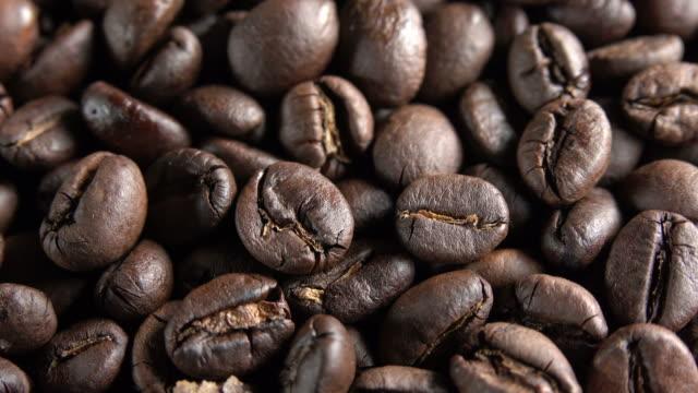 roassted kaffeebohnen - bean stock-videos und b-roll-filmmaterial