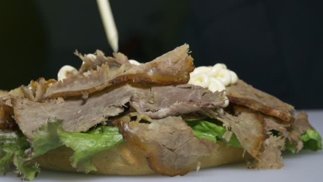 roast beef - panino ripieno video stock e b–roll