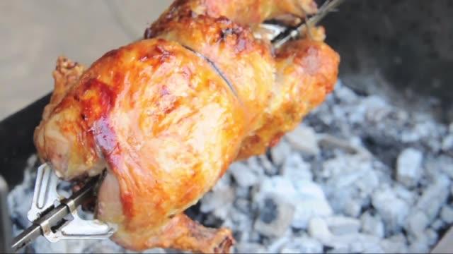 vídeos y material grabado en eventos de stock de pollo asado a la parrilla - muslo de pollo carne