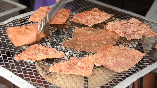 vídeos de stock, filmes e b-roll de rosbife fatiado folhas secas e carne suína crocante - crocante