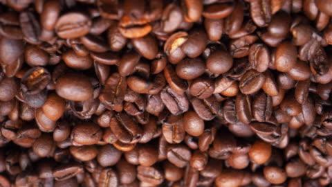 gerösteten arabica-kaffeebohnen - kaffee stock-videos und b-roll-filmmaterial