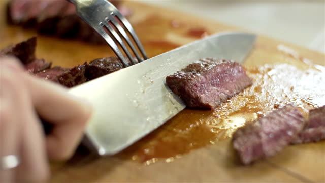 gebratenes rindfleisch, slo-mo - messer stock-videos und b-roll-filmmaterial
