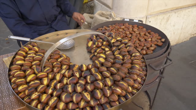 vidéos et rushes de roasted chestnuts for sale at piazza di spagna in rome, italy - marron couleur