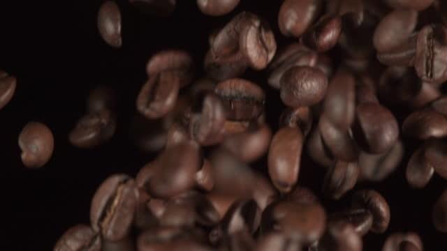 geröstete kaffeebohnen fallen nach unten (super slow motion) - viele gegenstände stock-videos und b-roll-filmmaterial