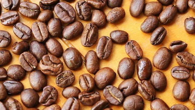 vídeos de stock, filmes e b-roll de grãos de café torrado para fazer café fresco - molécula de cafeína