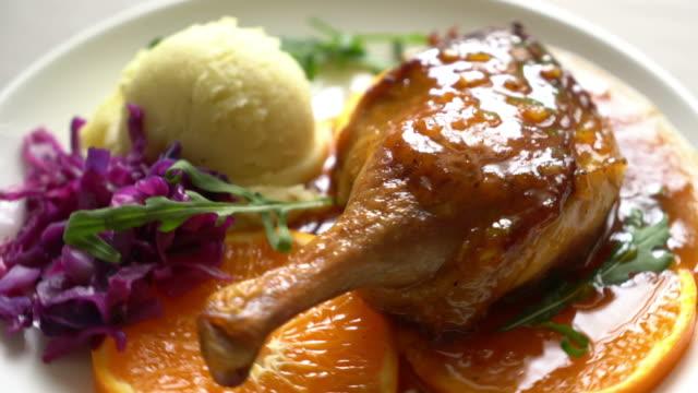 Gebratene Ente Bein Steak mit Orangensauce