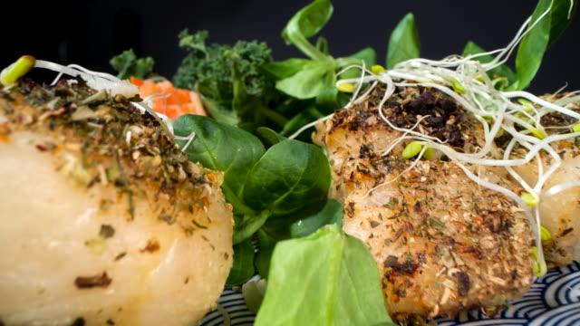 新鮮な野菜のロースト魚 - タラ点の映像素材/bロール