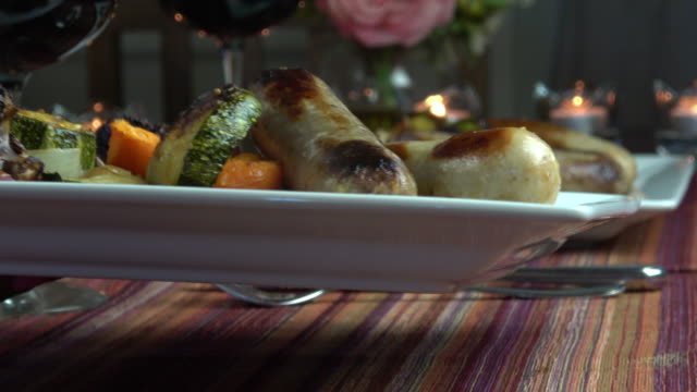 ロースト野菜とソーセージ - お食事デート点の映像素材/bロール