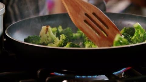 vídeos y material grabado en eventos de stock de asar el brócoli en una cacerola por un plato de trigo bulgur - asado alimento cocinado