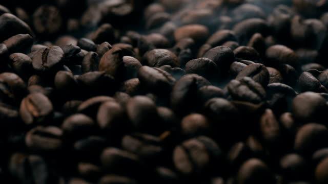 vídeos y material grabado en eventos de stock de tostado de granos de café. - grano de café tostado