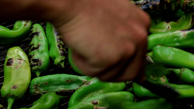 stockvideo's en b-roll-footage met roasting peppers on the grill - hatch