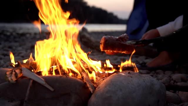 vídeos de stock e filmes b-roll de hd super em câmara lenta: ustulação enchidos na fogueira de acampamento - fogueira de acampamento