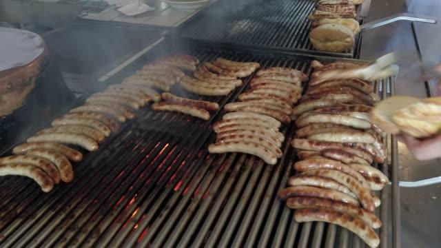 bratwürste auf großem grill - unhealthy eating stock-videos und b-roll-filmmaterial