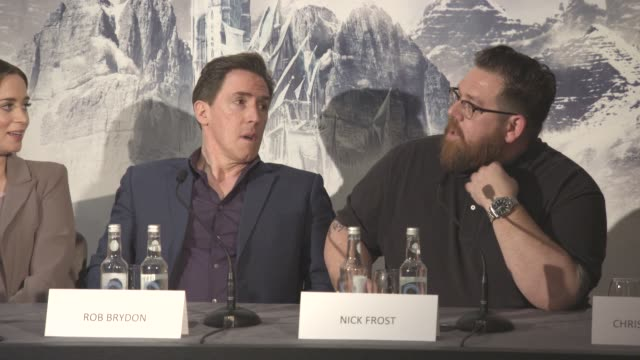 vídeos y material grabado en eventos de stock de interview rob brydon nick frost on doing a dwarf spin off in new york at the huntsman winter's war press conference on march 31 2016 in london england - enano