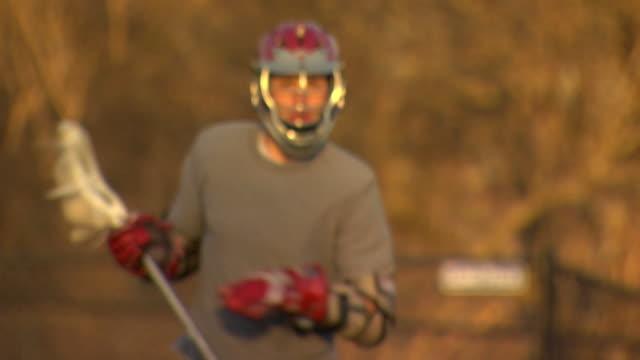 stockvideo's en b-roll-footage met rob lacrosse run in 3 - tilt up - helm apparatuur