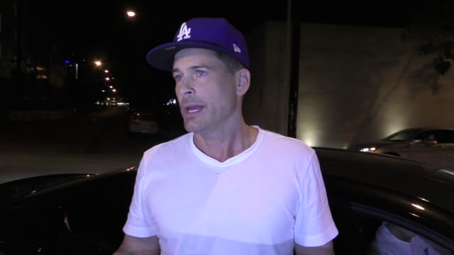 interview rob lowe talks about the dodgers win in game 1 of the world series outside craig's restaurant in west hollywood in celebrity sightings in... - rob lowe bildbanksvideor och videomaterial från bakom kulisserna