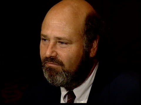 stockvideo's en b-roll-footage met rob reiner talks to a reporter - fresno californië