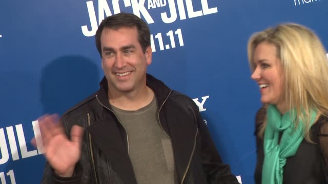 vidéos et rushes de rob riggle at the 'jack and jill' world premiere at westwood ca - westwood