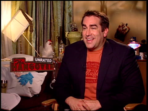 rob riggle on how it feels to be back in vegas if he had any idea the film would be as huge as it was his favorite outtake on the dvd improvising... - una notte da leoni video 2009 video stock e b–roll