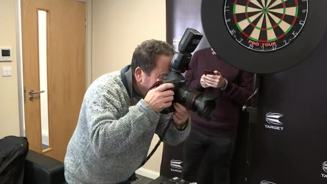 Robb Cross beats Phil Taylor to become World Champion ENGLAND London PHOTOGRAPHY *** Robb Cross posing with trophy Photographer Cross commenting on...