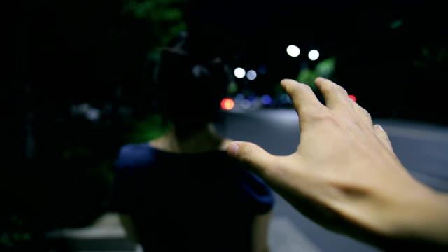 räubers hand hinter ein mädchen in der nacht straße - stehlen verbrechen stock-videos und b-roll-filmmaterial