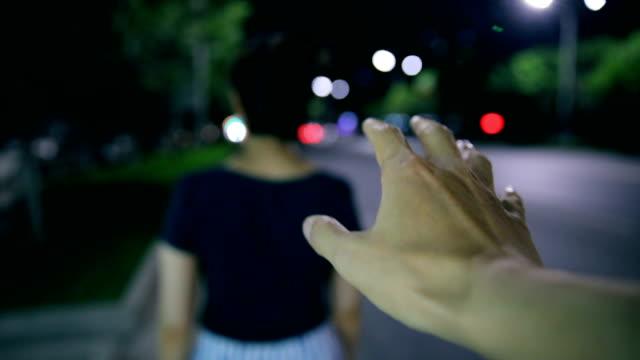vídeos de stock, filmes e b-roll de mão do ladrão atrás de uma garota na rua de noite - espreitando